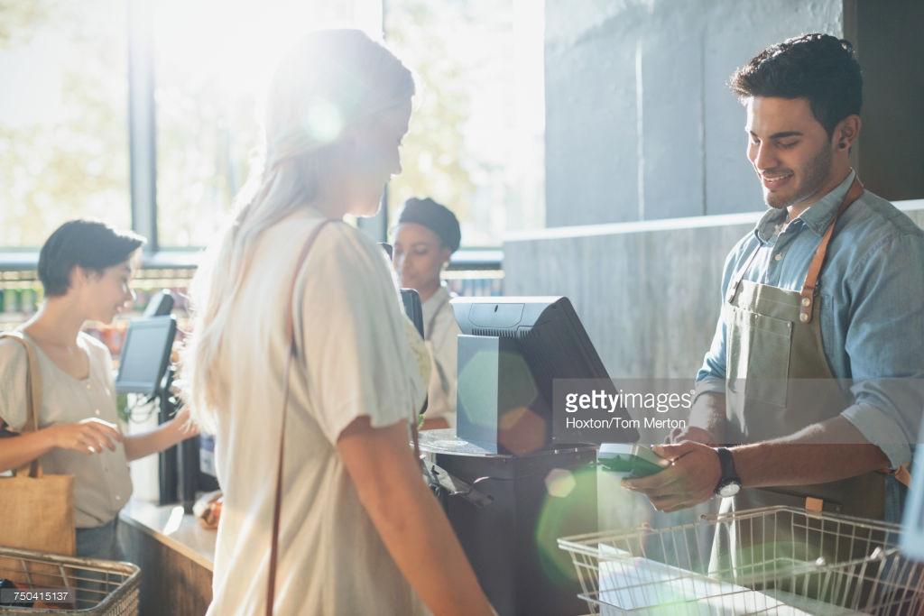 Как работает бонусная система Привлечение клиентов Если компания решила использовать в своей деятельности программы лояльности, то одними из наиболее важных вопросов, которые ей необходимо решить, является способ привлечения собственных клиентов в данную программу и их идентификация в информационной системе поддержки программ лояльности.