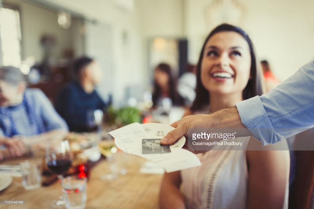 Пример бонусной системы Разберем пример системы лояльности: предположим, что гость пришел в ресторан и сделал заказ на 1000 рублей. Ему принесли счет. Если ресторан дал ему скидку 10%, то гость заплатил 900 руб. В таком случае ресторан действительно недополучил ровно 100 рублей, то есть 10%.