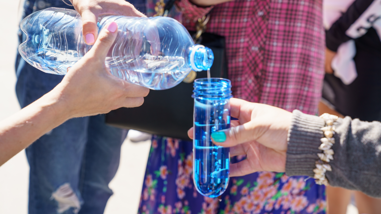 минеральная вода человек пьет