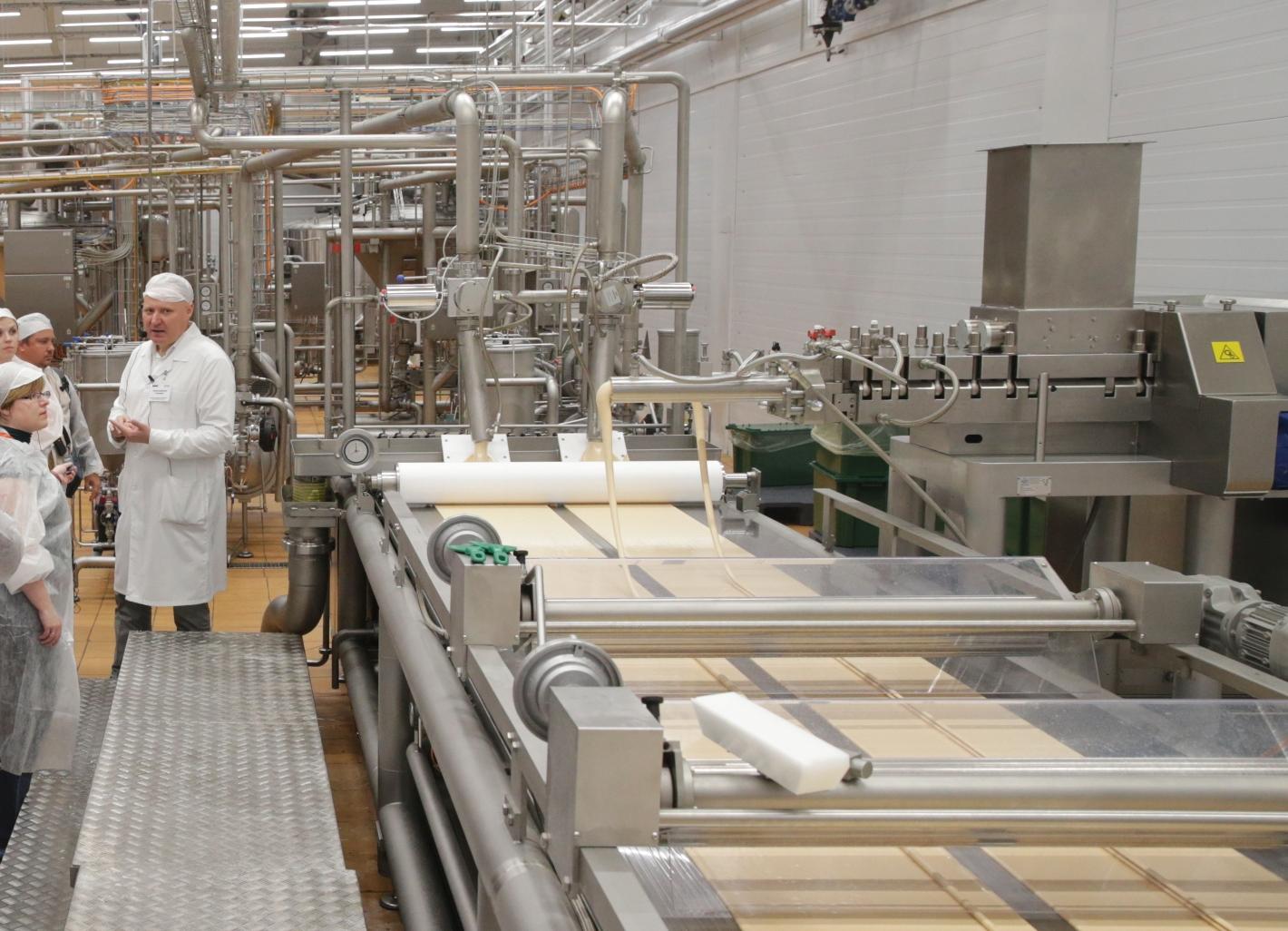 На кондитерской фабрике один конвейер выпускает 3 цепные ленточные транспортеры