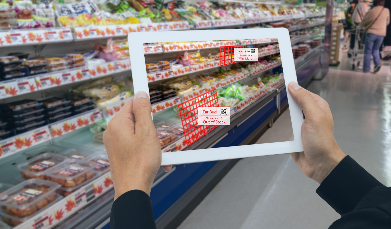 При помощи дополненной реальности сотрудник магазина контролирует пустые места на полках, проверяет цены, планограммы. Фото: MONOPOLY919/shutterstock.