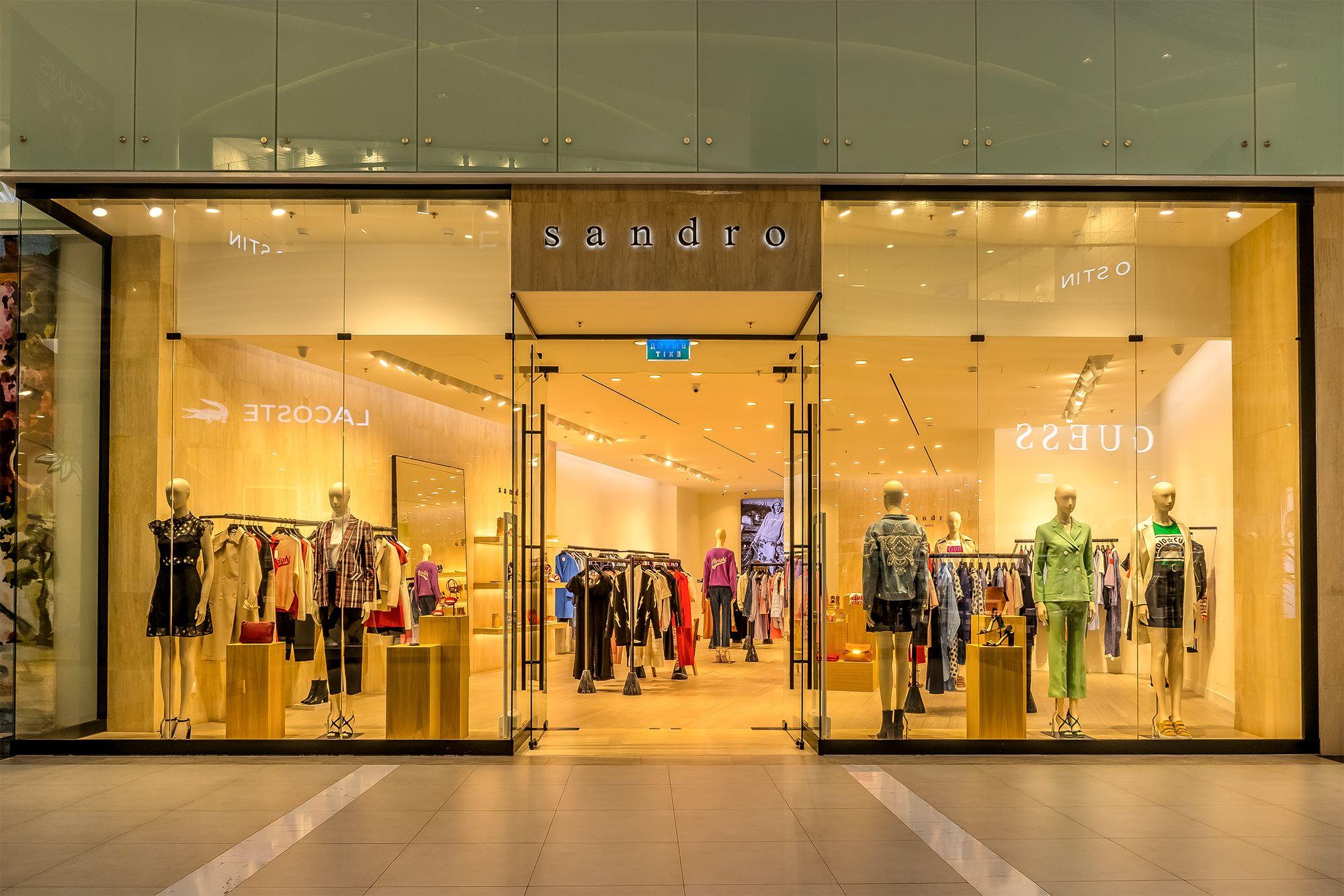 0865c7c91ed В интернет магазине французского ритейлера представлены коллекции мужской и  женской одежды бренда
