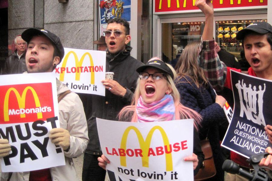 Рабочие McDonald's вСША провели забастовку из-за низких зарплат идомогательств