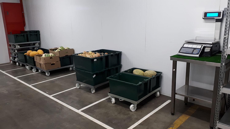 На территории склада установлено несколько сотен камер видеонаблюдения